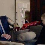 Роберт Дауни дарит однорукому мальчику бионическую руку. Кобзон дарит онкобольному пирамидку. http://t.co/1N7dEfhBWS