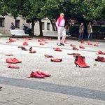 Zapatos rojos contra la violencia de género en la Plaza de Galicia de A Coruña 👠👠👠 http://t.co/SGHd1vOkI4