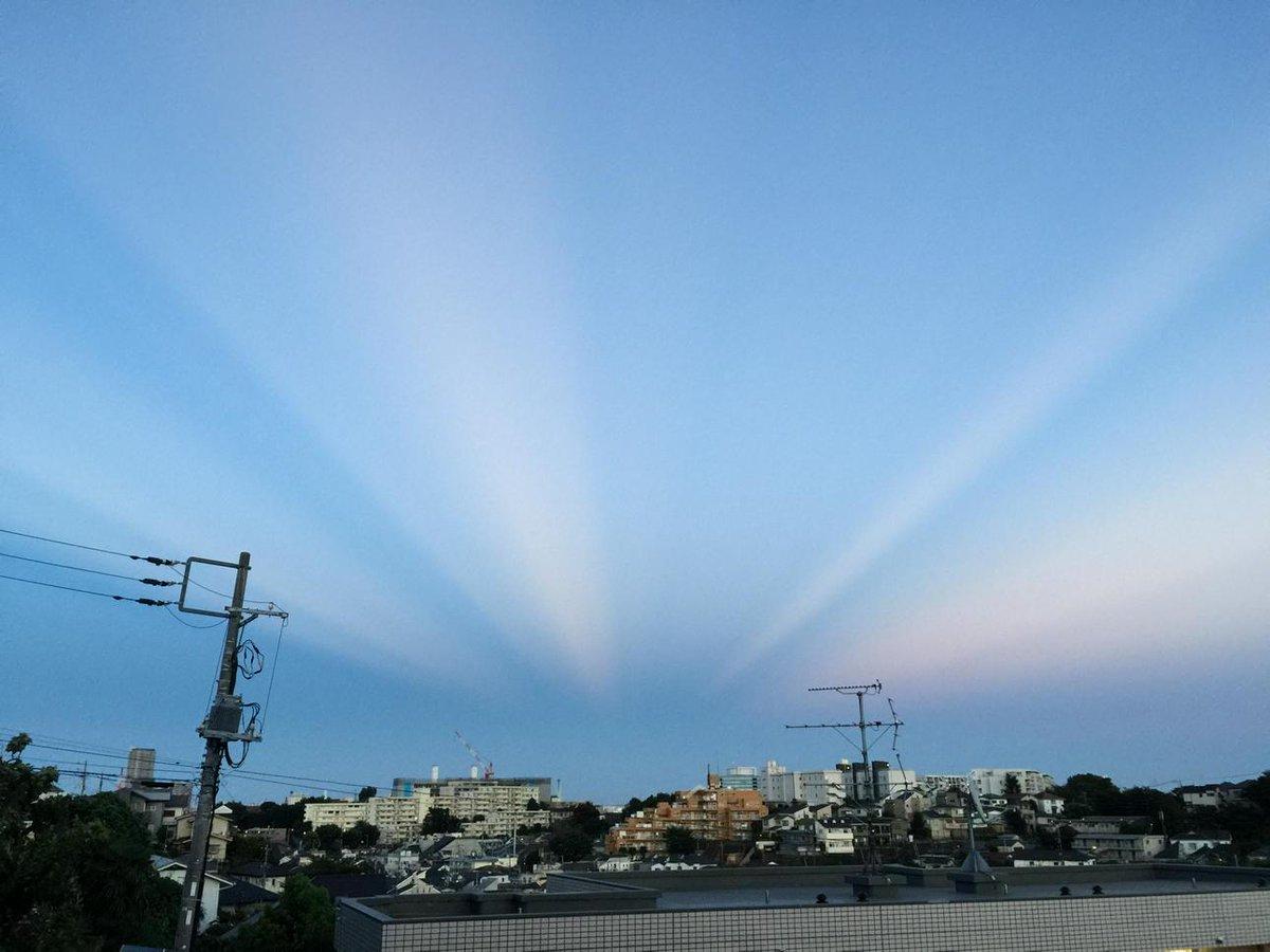 東の空にすごい反薄明光線(裏後光)が出てる。 http://t.co/FvUwzecksP