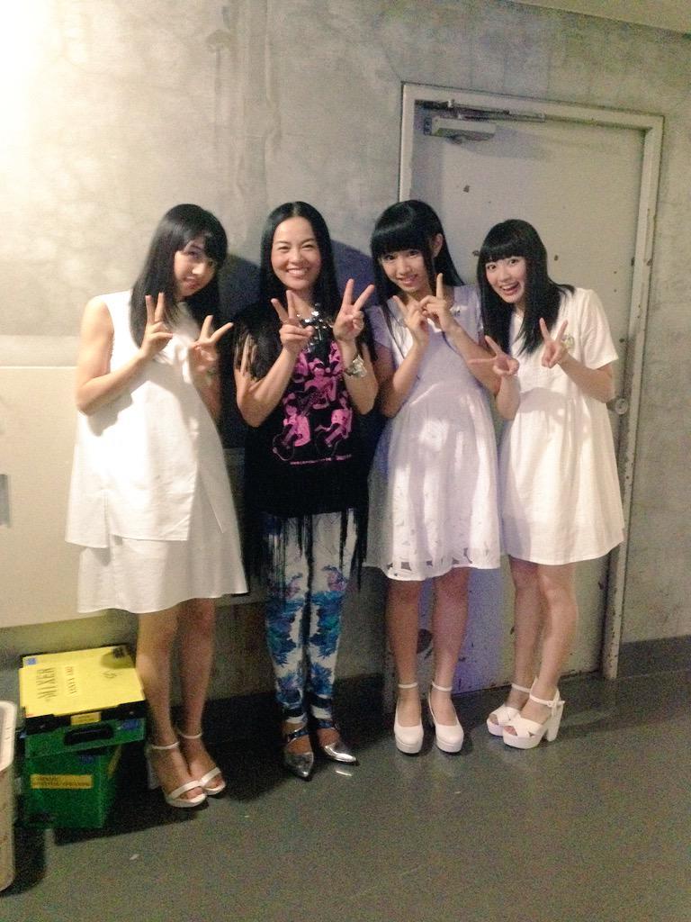 私立恵比寿中学の真山さん、廣田さん、柏木さんと!かわいいみなさんに囲まれてわたくし幸せ〜☆みんな歌がうまい! http://t.co/UhvRbNUtkK