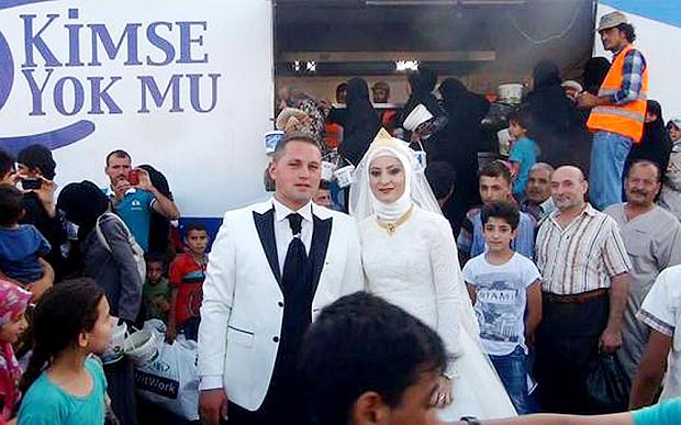 Meet the Turkish couple who spent their wedding day feeding 4,000 Syrian refugees  @Telegraph http://t.co/hLPy3p6hYs http://t.co/scRZJsfENL