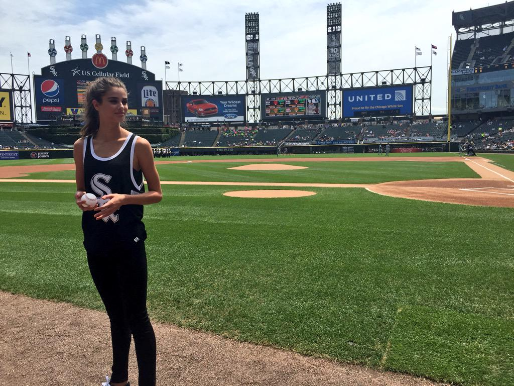 RT @whitesox: #VictoriasSecret Angel @TaylorMarieHill threw out a first pitch at today's game. http://t.co/yPASBzRwOW