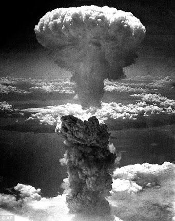 【黙祷】  70年前の今日。8/6  広島に原爆が投下された。  一瞬にして17万人もの日本人が 命を、人生を奪われた。  兵士でもない民間人の上に無差別に 行なわれた国際法違反の大虐殺。  決して忘れない。  #HIROSHIMA http://t.co/uG4OgUa9fW