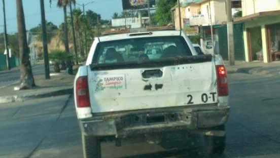 Camioneta del ayuntamiento de #tampico sin placas. De cuanto le toca multa @gustavotampico ? Foto: @T_CorruptosTMA http://t.co/BUJWrvQSJN