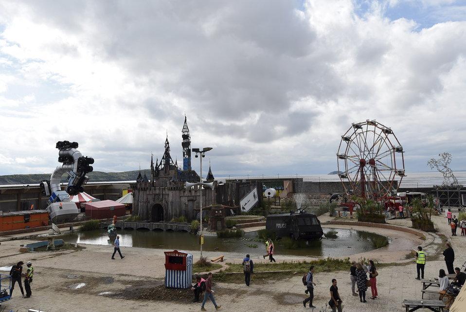 #Dismaland, l'anti-parc d'attractions de #Banksy http://t.co/NKFC9x5VzI http://t.co/VUyUEO8IBS