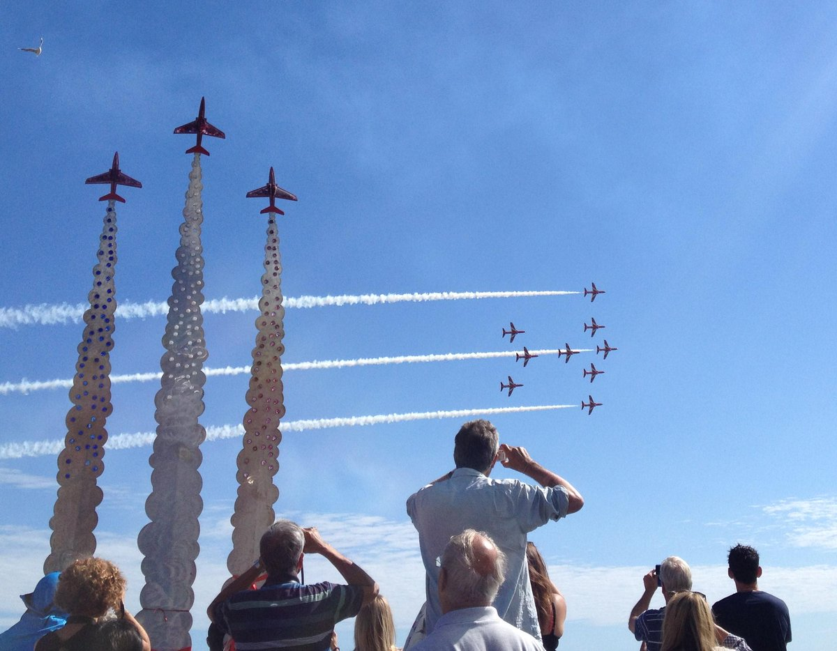 A fantastic fly-pass from the Red @rafredarrows @RAFRed10 http://t.co/RzNVMD7yAo