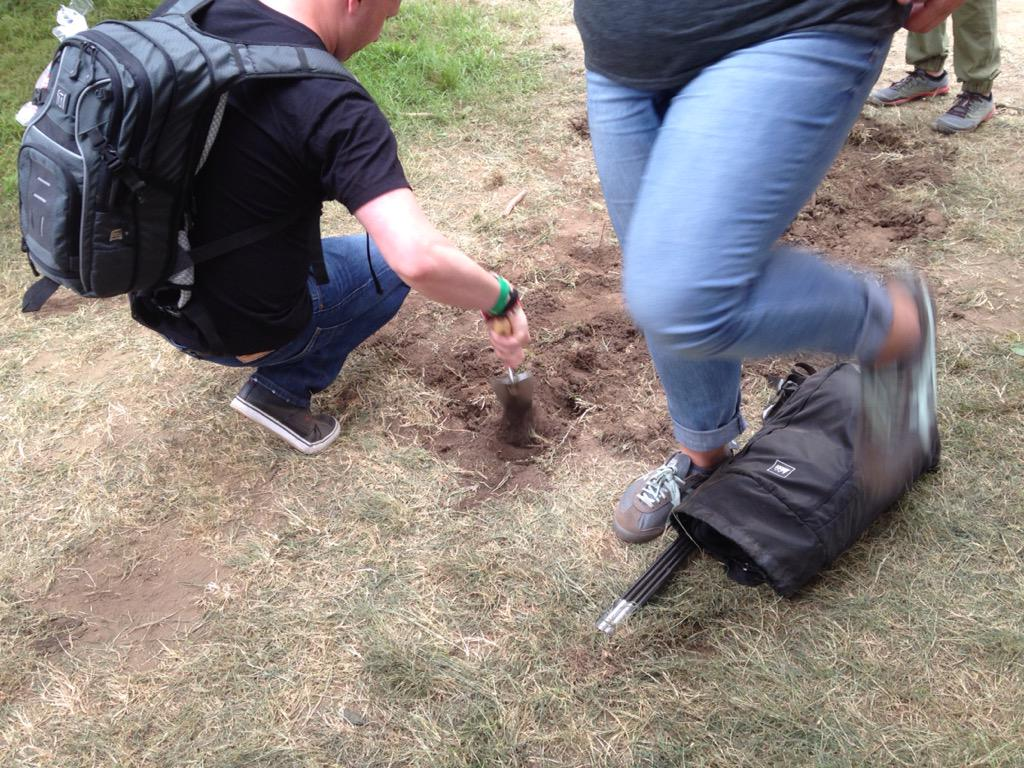 #outsidelands fans attempt to dig up booze they buried earlier this week. They can't find it. http://t.co/mHWY6HkucU