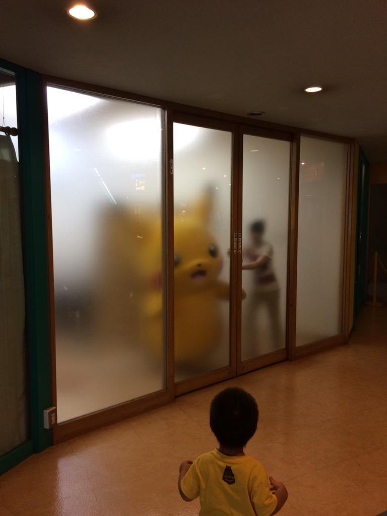 すりガラスの有効活用 #ピカチュウ大量発生チュウ http://t.co/XDrV5DgFLU