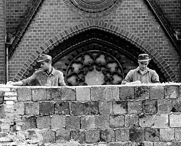 #OnThisDay in 1961 East Germany begins construction of the Berlin Wall, an iconic symbol of the Cold War #coldwarhist http://t.co/rrgfX4tc1H
