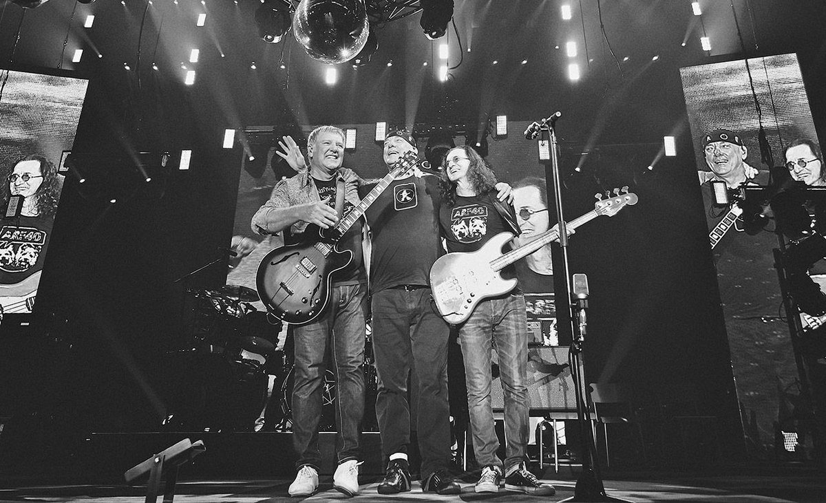 Thanks for celebrating the #r40 tour with us and for supporting us the last 40 years. Love, Geddy, Alex & Neil http://t.co/VUHTF1MIvb