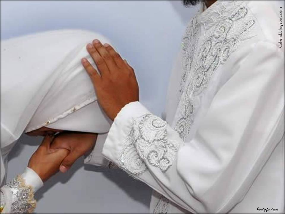 Istri Cium Tangan Suami - AnekaNews.net