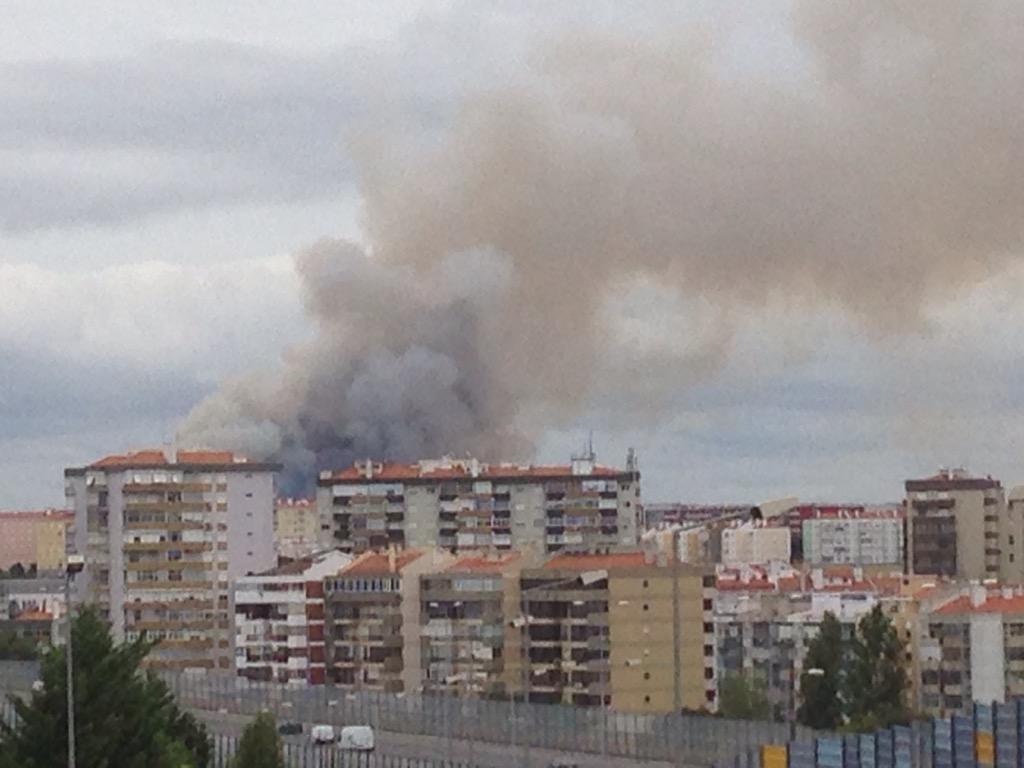 incêndio algures em Lisboa.. #medo http://t.co/Wj0r9adWXX