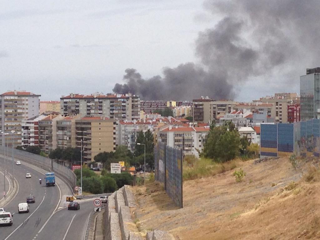 incêndio em Lisboa junto ao Lumiar http://t.co/LAUiIWuKj1