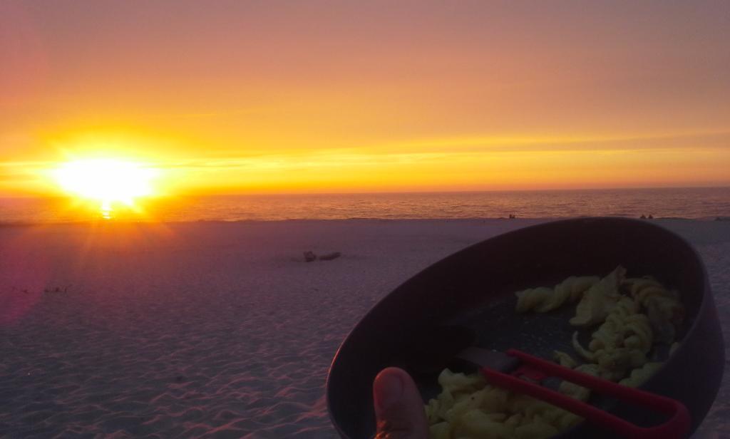 Poulet au curry devant un des plus beaux coucher de soleil du voyage. Elle est quand même sympa notre planète !