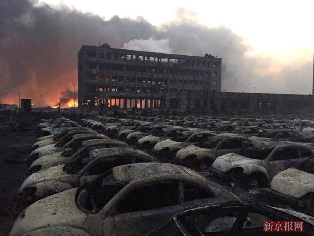 天津の爆発事故、数えきれないほどのカブトムシ(VWビートル)の焼失体が整然と並んでるのは絵的にインパクトがありすぎて怖い http://t.co/TRsnSd6wnt