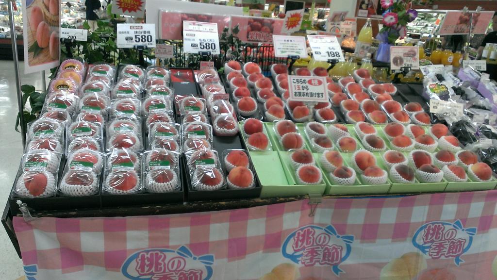 おふくろに「桃買うてきて福島産以外で」と頼まれてスーパーに来たら全種類福島産 和歌山や岡山産という選択肢すら許されない兵庫県のスーパー http://t.co/tReZz2DDvP