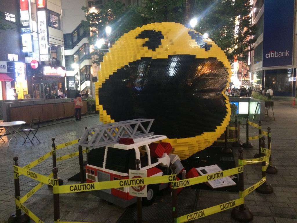 昨日新宿ぶらりとしたら、ピクセルのイベントやっててパックマンとか飾られてた。ブロックで出来ててすげー。 http://t.co/Dq0IUseRbE