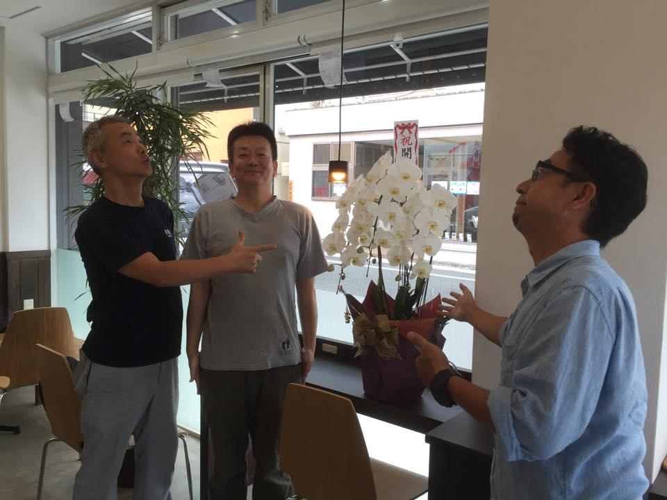 修善寺駅前に明日からカフェがOPEN! 準備している所 中を見せて頂いた! お花も届き始めて開店準備がどんどん進んでいる!カウンターにはコンセントも設置、無料のWIFIも飛ぶらしい。観光の方には大助かりですね! #izu #伊豆 http://t.co/HAnDH7ob5G