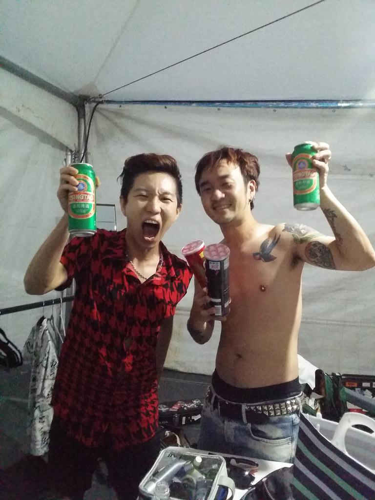 ㅋㅋ 대전에서 어느팬분께서 노브레인 너무 좋아한다 그러시면서  맥주랑 안주를 무척 주셨다.   노브레인 고마와~~/ 잘 마실께~~ ㅋ http://t.co/fmxiY2TzTS