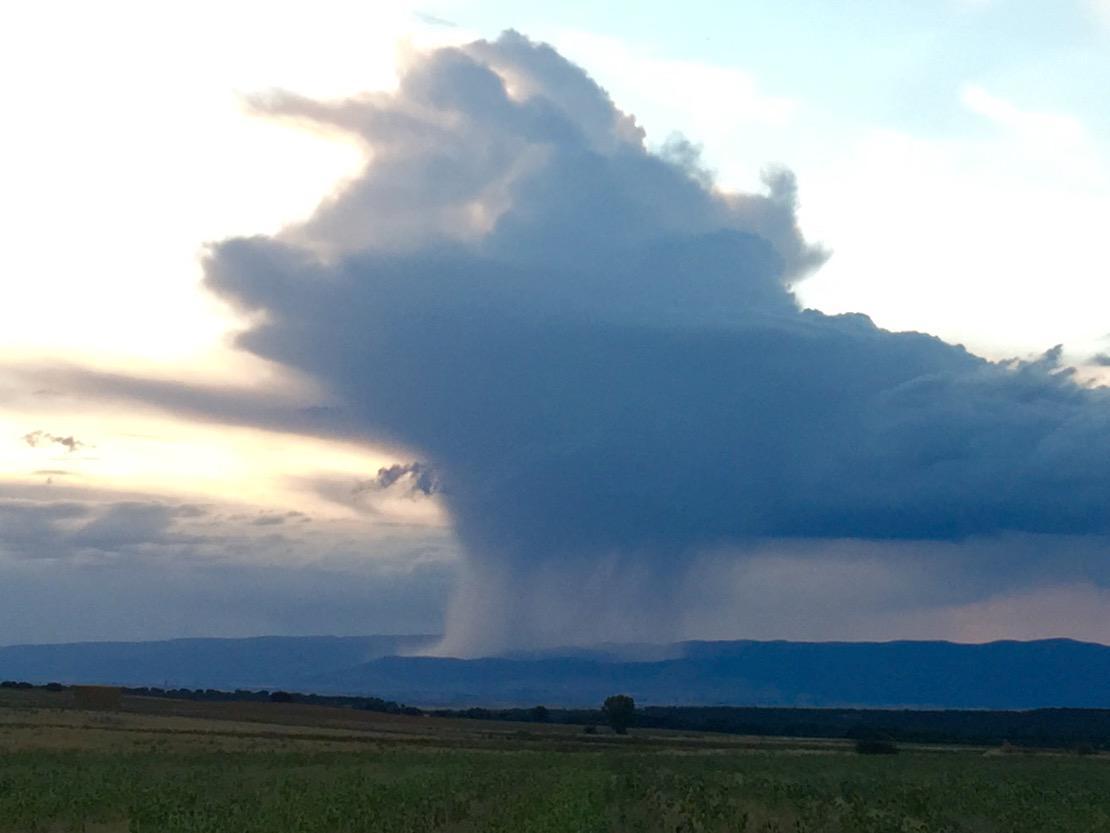 Tormenta descargando en la sierra de #Segovia // @Meteoralia @tiempobrasero @CarlosVelasco_w @ecazatormentas http://t.co/n6mcWu6Qia