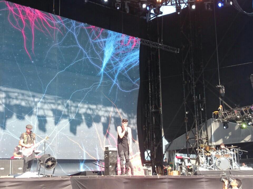 THE SCRIPT!! 演奏は当然うまいし、何よりボーカルの人がエンターテイナー♪客席飛び込んだり、カメラ奪ってカメラマンやったり、とにかく楽しいステージでした! https://t.co/GPJG5862tX http://t.co/9OstnmH8H0