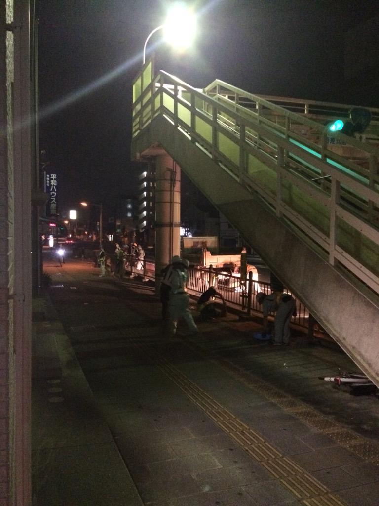 長崎の精霊流しの後って夜中にこうやって掃除してくれてる職員さん達が居て翌朝には綺麗になってるんだよなー。 http://t.co/bMHY6XiRzv