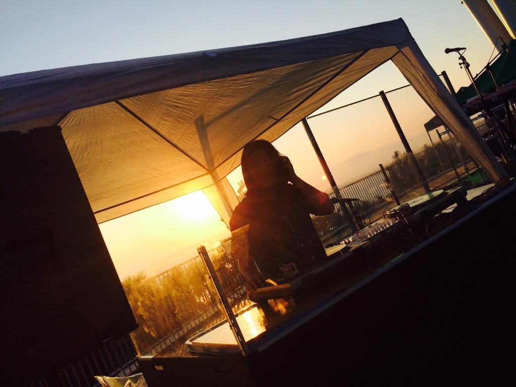快晴!今日の夕陽も間違いない。 大人の夕涼み「夕陽と海の音楽会」@江の島3日目。 音楽とワインを夕暮れとともに。 入場無料 16:00-19:00 DJ:松浦俊夫 LIVE:伊藤ゴロー 検索→夕陽と海の音楽会 http://t.co/oGYoIGLSp1