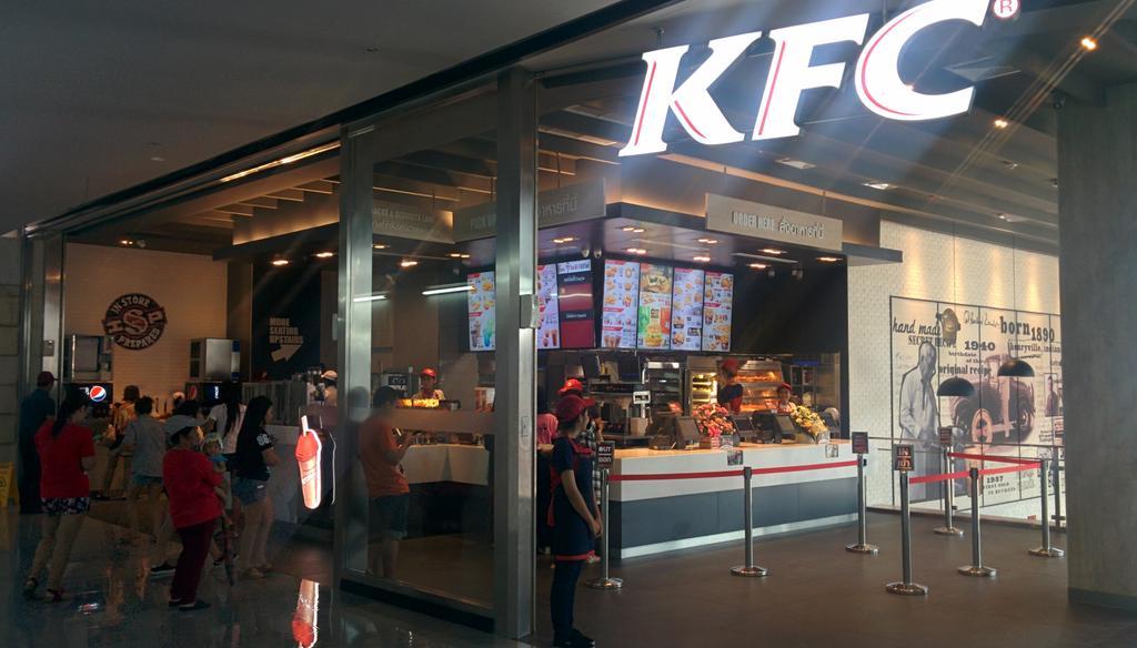 KFC รูปแบบใหม่สาขาแรกในไทย มีห้องน้ำ โต๊ะมีปลั๊ก เติมน้ำเอง Free WiFi มี 2 ชั้นครึ่ง เปิดแล้วที่ฟิวเจอร์ รังสิต http://t.co/NeuaUclpJU
