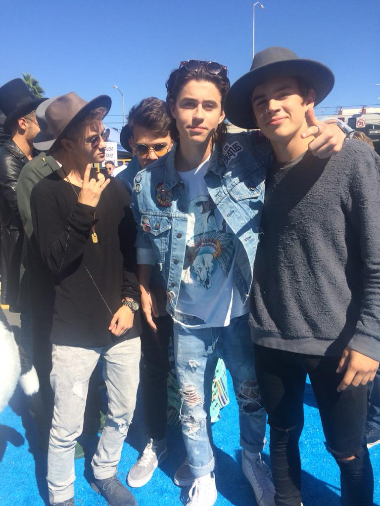 Loving this #TeenChoice group pic! #TeenChoiceAwards @Nashgrier @HayesGrier @JackAndJackReal http://t.co/1c6BxAtVKh