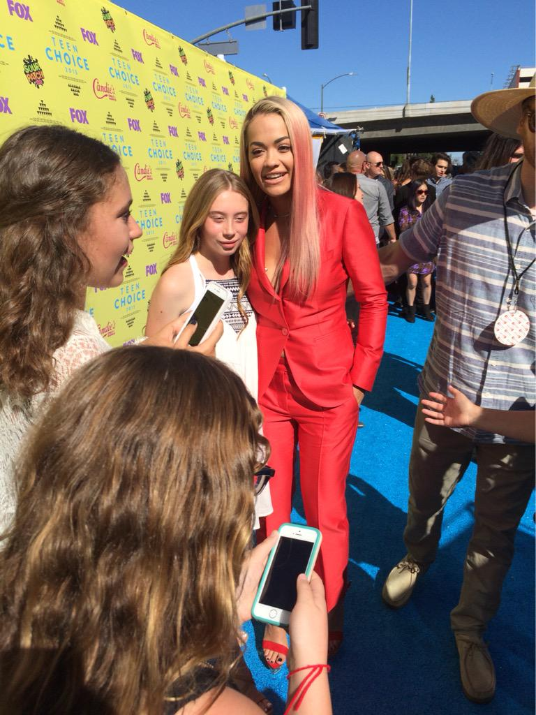 RT @billboard: She's here! On the blue carpet and meeting fans ???? — @RitaOra #TeenChoice http://t.co/rNgOrB1ZeI