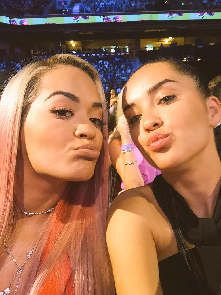 RT @billboard: Sister selfie! ???? In the front row with @elenaora — @RitaOra #TeenChoice #OnlyOnTwitter http://t.co/DYOmEqbXG3