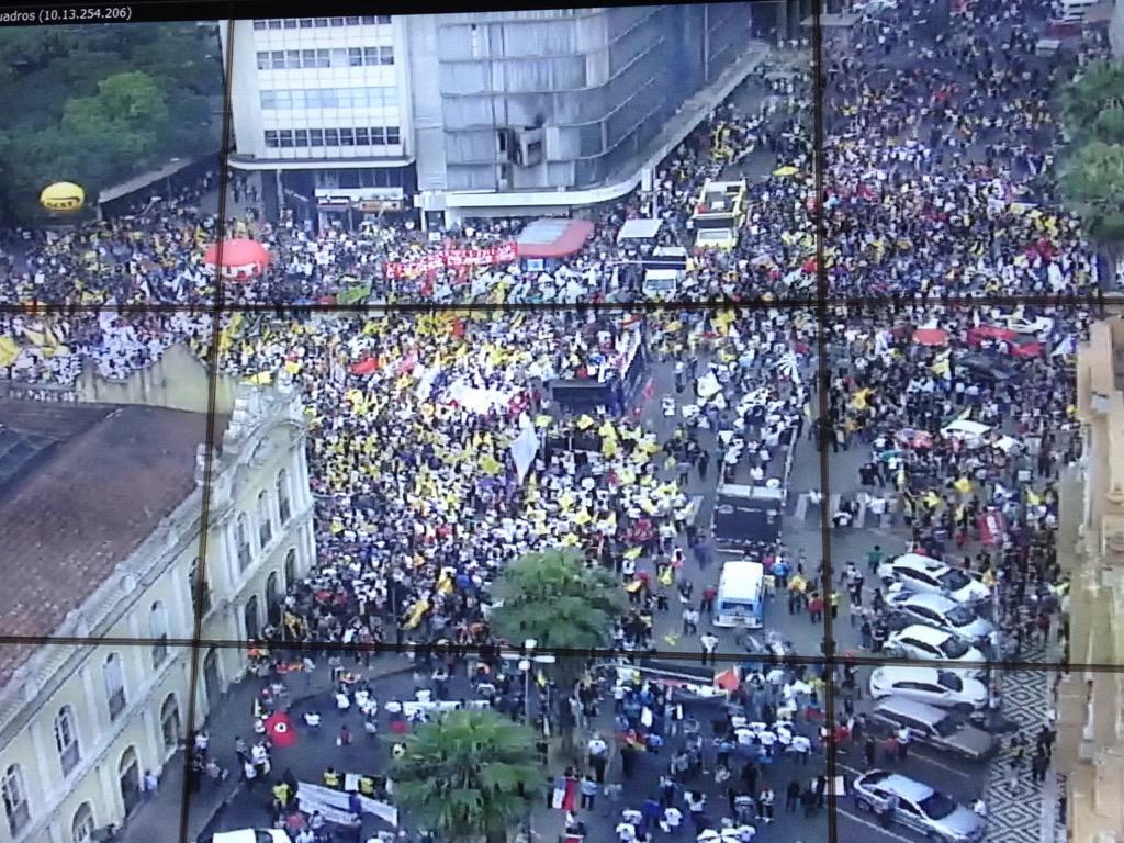 Policiais civis, professores, Brigada Militar. Manifestação dos servidores público toma o Largo Glênio Peres http://t.co/I7wZfl40YF