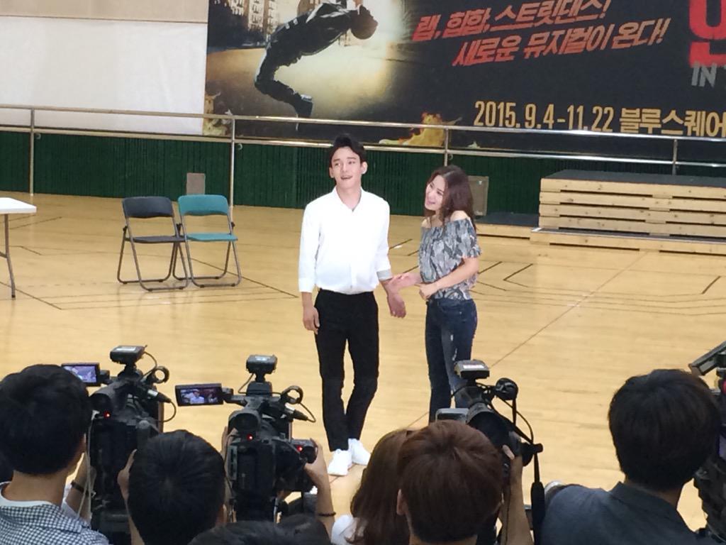 [플디는 취재중] <인더하이츠> 연습공개- 불꽃놀이 불빛아래 서로를 찾아낸 두 사람, 'Sunrise' #첸 #김보경 http://t.co/LI1tc6dDr5