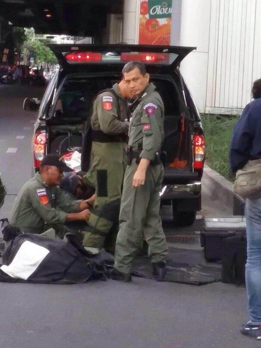 Fake bomb at BTS Nana found at 13:50 pm today. #bangkok http://t.co/EONyDlwCYc