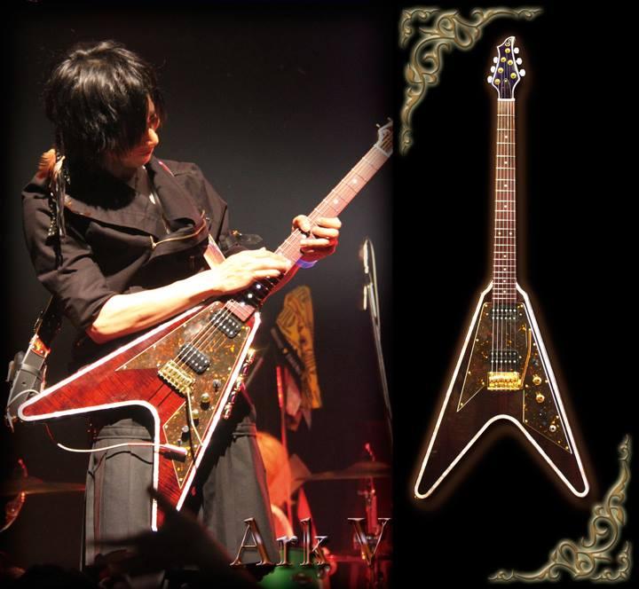 【ギルドYOSHIHIRO氏のNEWギターが完成!】 今回はスルーネック仕様のVシェイプギターに挑戦! 白蝶貝やフレイム杢の入った珍しいセンという木材、指板材には紅木紫檀というこちらも珍しい木材を使用した豪華なギターが完成しました! http://t.co/9GRo1h2Anw