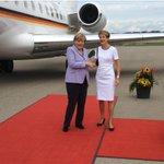 Bundespräsidentin Sommaruga begrüsst Bundeskanzlerin #Merkel. http://t.co/eiTxhr5BME