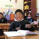 Niños peruanos cruzan frontera para estudiar y recibir bonos en Bolivia http://t.co/Wfp0sMuMda #Bolivia #Peru http://t.co/XeIVlxBIAo
