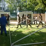 Une première tente de larmée arrive enfin au camp du parc Maximilien, à Bruxelles. #réfugiés http://t.co/F50P7TFFob