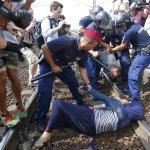 Ungarn stoppt Bahn: Situation am Flüchtlingszug gerät außer Kontrolle http://t.co/t4hwJONAQy http://t.co/kYGg2MK3O8