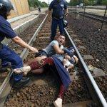 Zukunft von Flüchtlingen in Ungarn ungewiss – Tumulte an Bahnhöfen http://t.co/zxW8slan2l #Fluechtlinge #Ungarn http://t.co/KDsr24diP6
