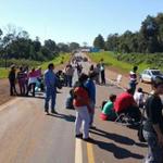 Los docentes continúan con la protesta y cortan la ruta 12 en el kilómetro 1375 http://t.co/juWg6DAFIM http://t.co/UpDOVV94S4