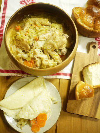 【マンガ食堂 更新】「ダンジョン飯」(九井諒子)の盗れたて野菜と鶏のキャベツ煮、略奪パンとご一緒に http://t.co/di6UXcSjJ6/ http://t.co/pnJUJRzbpw
