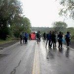 Docentes cortan la ruta 12 en Santa Ana http://t.co/UsBK3kKv7f http://t.co/Xoy1Hh2r8x
