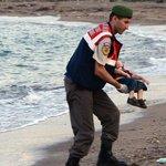 Aylan Kurdi dikenang menerusi lukisan menyayat hati #HumanityWashedAshore #SyrianRefugees http://t.co/6OgESmJPaq http://t.co/qZlUagaSS6