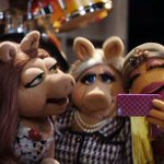 same dress....Kermit was creeping with her THAT night. http://t.co/lLrOLY8Xle