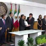 Srio @OsorioChong entrega al pdte de Mesa Directiva de la @Mx_Diputados @Jesus_ZambranoG #TercerInforme de Gobierno http://t.co/uiUTb4jNpe