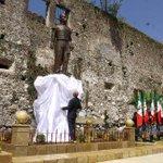 Entre abucheos, develan estatua de Porfirio Díaz en #Orizaba http://t.co/7Auq4AeKry http://t.co/W7bhWkihdJ