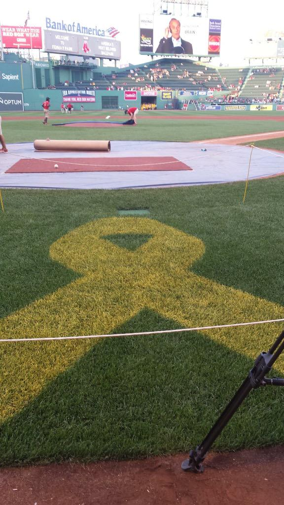 Fenway Park going gold to help bring awareness to pediatric cancer. #GoGold http://t.co/5AZZiU0PVE