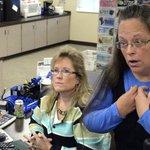 """미국 켄터키주 공무원이 """"신의 권한""""으로 동성 커플에 결혼 허가증 발급을 거부했다(사진, 동영상) http://t.co/zF58gc5W36 #미국동성결혼 http://t.co/yjYi0aPx0g"""