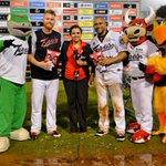 .@BarryEnright45 (6IP, 0R, 2H, 5K) y Miguel Olivo (HR, H2, H, 4RBI) recibiendo Torito MVP ¡Felicidades! #SomosToros http://t.co/ERk2cvLYUH